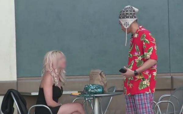 A abordat o femeie, imbracat in pijamale, si a fost refuzat. Reactia tinerei cand afla ca el conduce o masina de lux