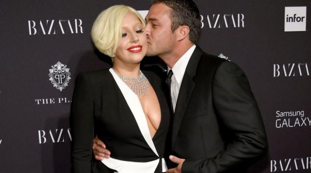 Lady Gaga si Taylor Kinney, in ipostaze mai mult decat tandre. Imaginea in care isi saruta iubitul i-a cucerit pe fani