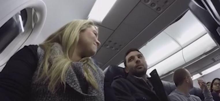 Calatoria cu avionul s-a dovedit o adevarata provocare pentru sotii din imagine. Ce i-a anuntat pilotul