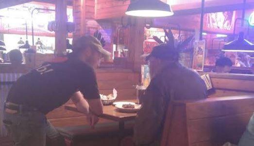 A intrat in restaurant salutand pe toata lumea, iar oamenii au reactionat diferit. O intamplare care iti va schimba ziua