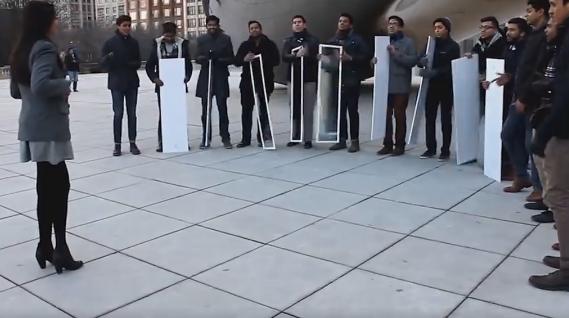 A fost oprita de un grup de barbati si ce a urmat este viral. Cand intorc oglinzile totul pare desprins din basme