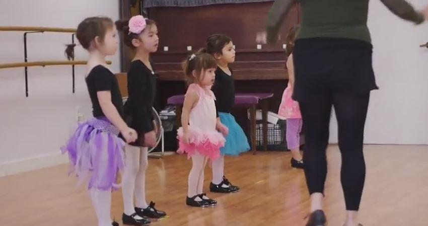 Un videoclip care iti va insenina ziua. Cum reuseste o fetita de 3 ani sa fie vedeta clasei ei de balet