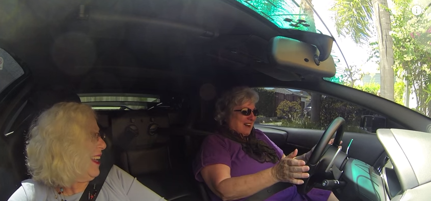 2 bunicute s-au urcat intr-un Lamborghini. Cea mai mare provocare a fost sa gaseasca cutia de viteze