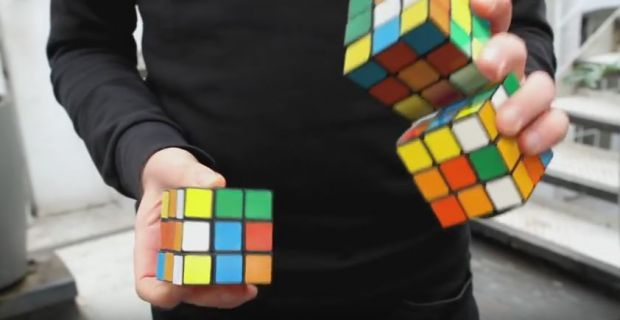 Clipul care a incins internetul: E imposibil! Cum rezolva acest barbat simultan 3 cuburi Rubik in 20 de secunde