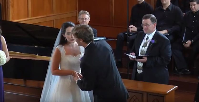 Era pe punctul de a spune  DA  atunci cand a a vazut ceva in spatele ei. Nunta s-a oprit in secunda urmatoare