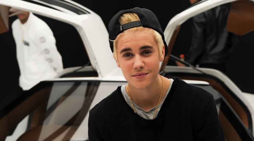 Cea mai neasteptata prietenie din showbiz.Cum s-au fotografiat Justin Bieber si Marilyn Manson si cu ce detaliu au uimit