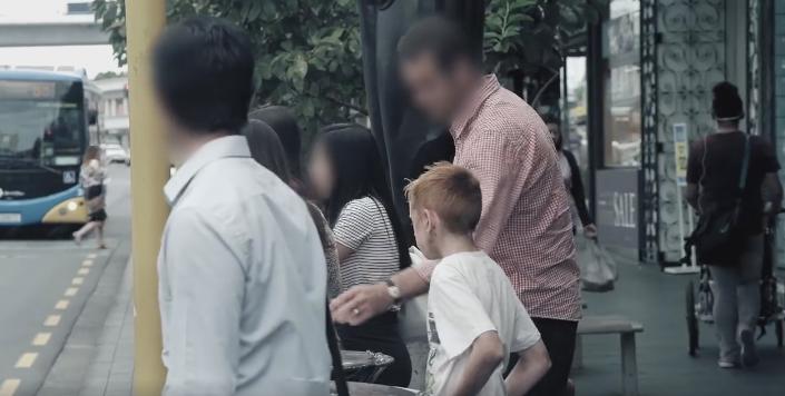Tu cum ai reactiona daca ai vedea pe strada un copil care mananca din gunoi? Un experiment cu rezultate dezamagitoare