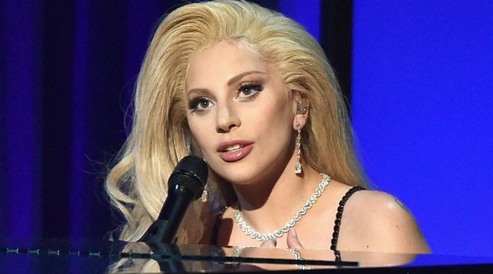 A fost defilare de moda la ziua lui Lady Gaga. In ce tinuta a ales sa apara si cum s-au imbracat vedetele