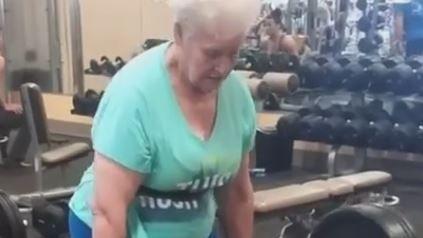 Ea este cea mai puternica bunicuta! Cum reuseste sa ridice greutati de care unii barbati nici nu s-ar apropia