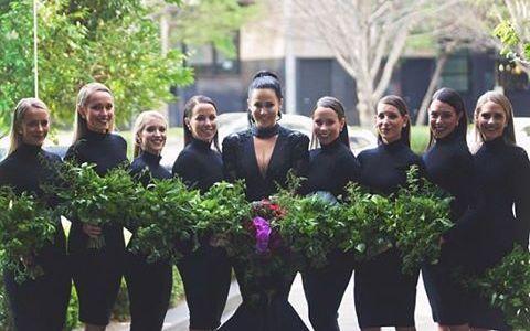 Mireasa a imbracat o rochie neagra si domnisoarele de onoare au urmat-o. Invitatii au ramas muti de uimire cand au auzit explicatia