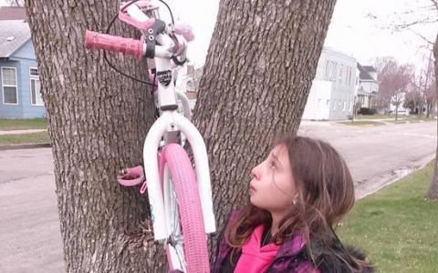 Au vrut sa isi bata joc de ea si i-au furat bicicleta. Cateva ore mai tarziu cineva a aparut la usa fetitei. Ce a urmat este VIRAL
