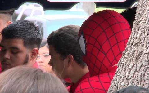 A venit imbracat la inmormantarea unui baietel in costumul de Spider-Man. Toti au ramas uimiti cand au aflat cine este barbatul