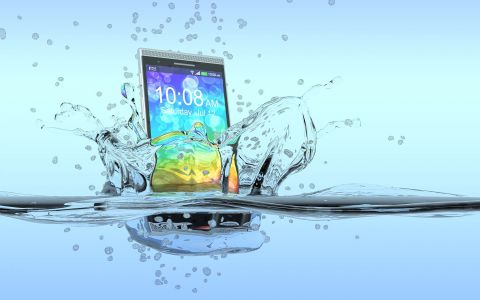 Ti-a cazut telefonul in apa? Ce trebuie sa faci pentru a-l salva inainte sa fie prea tarziu