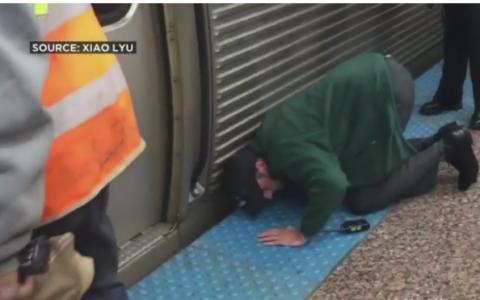 A auzit zgomote care veneau de sub un tren. Ce a descoperit cand s-a asezat in genunchi