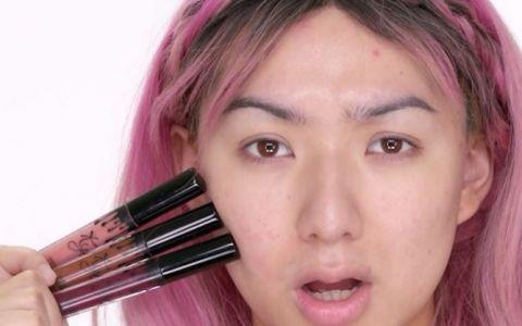 A folosit unul dintre cele mai in voga produse cosmetice de buze pentru a isi machia intregul chip. Rezultatul final a cucerit internetul