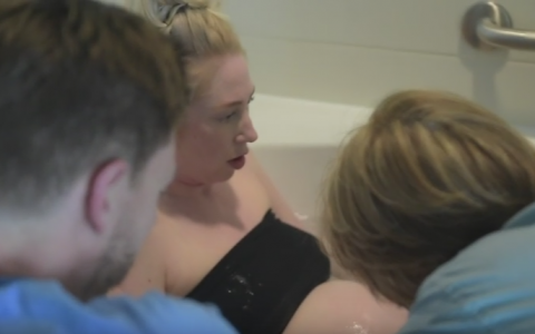Momentul incredibil in care o femeie naste in cada, filmat de sotul ei. Filmuletul a impartit internetul in doua