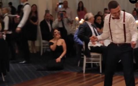 Barbatului din imagine ii era prea cald pe ringul de dans. Ce s-a intamplat cand si-a dat vesta jos a doborat internetul