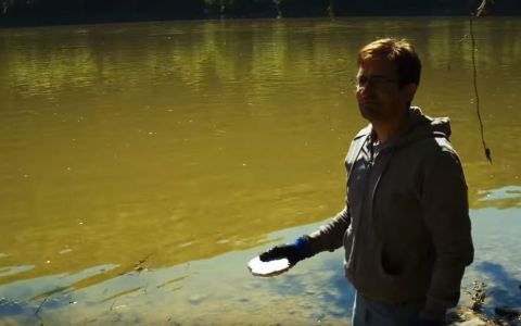 Pare ca arunca o piatra in apa, dar ce se intampla in secunda urmatoare e incredibil. Clipul care a facut senzatie
