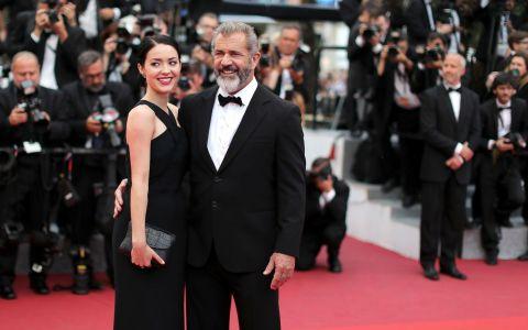 El are 60 de ani, iubita 25. Cum au fost surprinsi actorul Mel Gibson si partenera lui, frumoasa Rosalind Ross