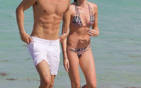 Ar putea fi desemnat cel mai sexy cuplu. Cum au fost pozati la plaja fostul iubit al lui Paris Hilton si actuala lui iubita