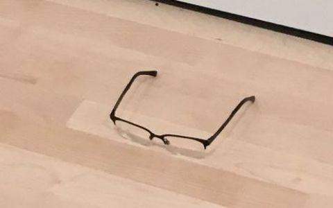 A asezat o pereche de ochelari pe jos, intr-o galerie de arta. Ce s-a intamplat la putin timp e incredibil