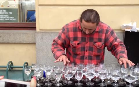 A aranjat mai multe pahare cu apa pe o masa in plina strada. Oamenii s-au oprit si l-au filmat