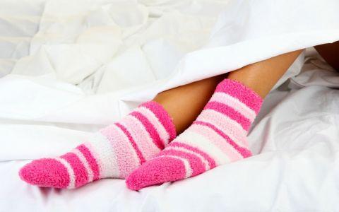 Dormi cu sosetele in picioare sau pur si simplu nu le suporti? Afla ce spune asta despre tine
