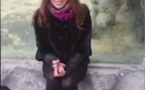A vrut sa-si faca o fotografie cu un tigru la zoo, insa ce s-a intamplat in secunda urmatoare e neasteptat