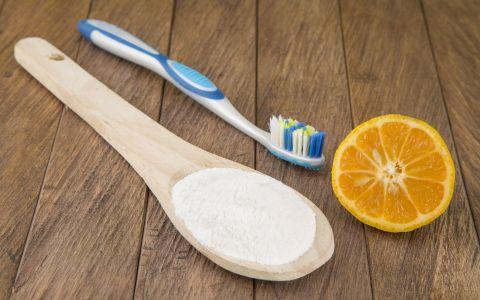 A combinat bicarbodat de sodiu cu suc de lamaie, apoi si-a pus amestecul pe dinti. Rezultatul obtinut e spectaculos