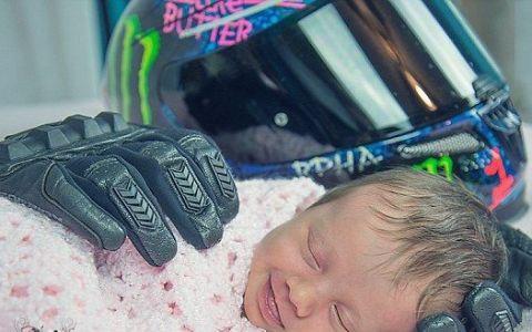 Imaginea cu acest bebelus care zambeste in somn este virala! Motivul pentru care doarme pe niste manusi de motociclit a induiosat lumea intreaga