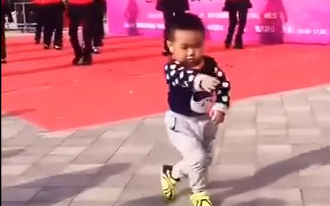 Un baietel s-a oprit in fata unor dansatori. Ce a facut in secundele urmatoare merita o runda de aplauze