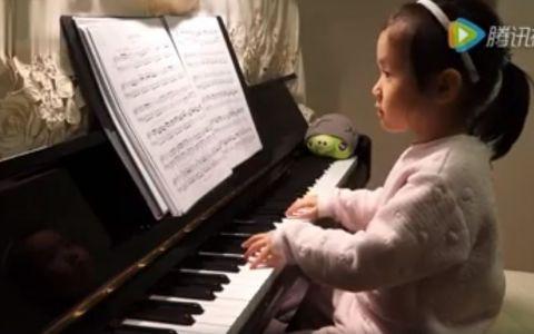 Are doar 3 ani, dar reuseste sa te lase fara cuvinte in mai putin de 5 secunde. Se asaza in fata pianinei, iar ce urmeaza e genial