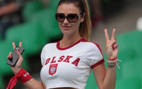 A intors toate privirile in tribune la meciul Elvetia - Polonia. Cum a venit imbracata aceasta fana a nationalei Poloniei