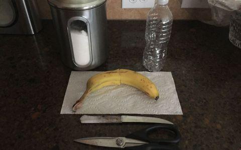 A taiat o banana si a pus-o intr-o sticla goala de apa. Ce s-a intamplat dupa o saptamana. Rezultatul, genial