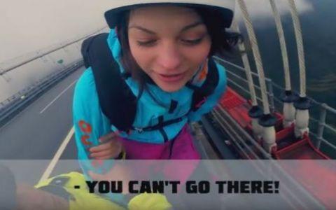 Aceasta femeie a vrut sa sara de pe cel mai inalt pod din lume, dar a venit politia! Gestul pe care nu multi il pot privi