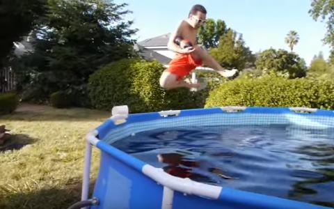 Experiment inedit: a umplut o piscina cu 6 tone de suc, apoi a aruncat galeti cu mentos. Ce a urmat