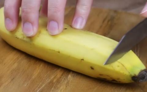 A taiat capetele unei banane si a pus-o la fiert. Cateva minute mai tarziu a obtinut ceva uimitor