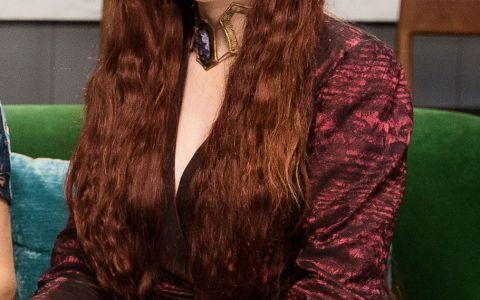 In Game of Thrones este o roscata misterioasa, in viata de zi cu zi o bruneta super sexy. Cum arata cu adevarat  Melisandre