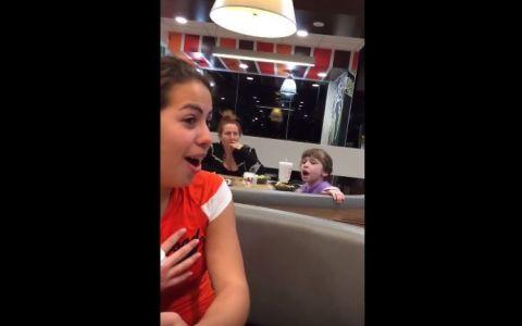 A inceput sa cante in restaurant cand credea ca nu o asculta nimeni. Cand i-au auzit vocea, toti au ramas surprinsi