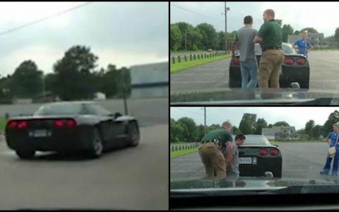 Au fost opriti de politie, iar barbatul a fost fost pus sa stea in genunchi. Scena urmatoare face furori pe internet