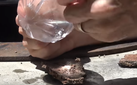 Nu ai la indemana o bricheta sau chibrit? Pare ciudat, dar o punga de plastic te poate ajuta sa aprinzi focul. Iata cum