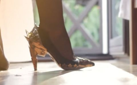 Cainele i-a distrus pantofii preferati, iar iubitul a decis sa ii transforme intr-o  opera de arta . Cum arata acum incaltarile