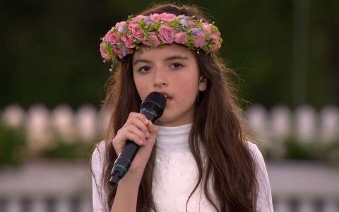 A urcat pe scena in picioarele goale si purtand pe cap o coronita din flori. Publicul a amutit inca din primele secunde