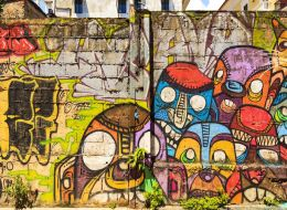 Cativa tineri din Ploiesti au colorat transformatoarele vechi dintre blocuri. Reactia localnicilor cand au vazut rezultatul