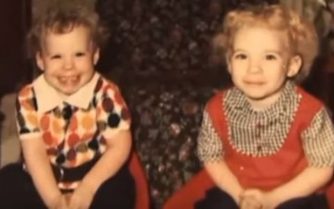Sunt gemene, dar pana si mama lor considera ca una dintre ele este  cea frumoasa . Cum arata cele doua surori dupa o transformare ce parea imposibila