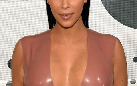 Aceeasi tinuta, doua siluete diferite. Cum arata rochia purtata de Kim Kardashian pe formele unui model
