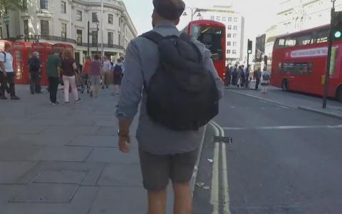 El este frizerul care a transformat strazile in Londra in propriul salon. Motivul pentru care face acest lucru este incredibil