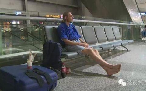 Si-a asteptat iubita in aeroport timp de 10 zile, iar sanatate i s-a deteriorat complet. Cum arata barbatul dupa 10 zile in care nu a mancat nimic