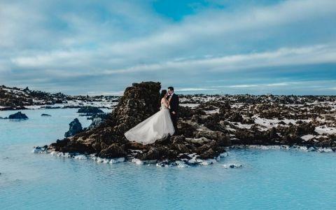 A fost supranumit cel mai spectaculos pictorial de nunta. Cum arata imaginile surprinse in Islanda cu un cuplu de indragostiti