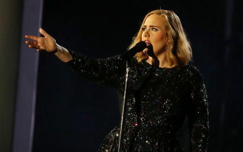 Adele a invitat o fana pe scena, iar ce a urmat e deja viral. Cine e artista celebra pe care cantareata britanica nu a recunoscut-o